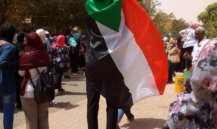 """""""بمبان وومان"""" سودانية تعيد قنابل الغاز الي عناصر الأمن"""